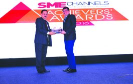 ALOK GUPTA, PRESIDENT, PCAIT IS GIVING AWAY THE AWARD OF NON-X86 SERVER VENDOR OF THE YEAR TO IBM INDIA PVT. LTD.