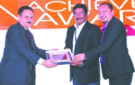 ALOK GUPTA, PRESIDENT, PCAIT IS GIVING AWAY THE AWARD OF SURVEILLANCE VENDOR OF THE YEAR TO TYCO SECURITY INDIA PVT. LTD.