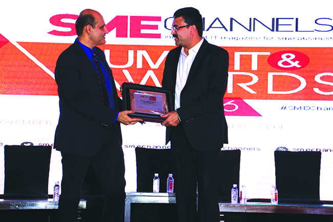 ANIL SETHI OF DELL EMC GIVING AWAY SUPER50 AWARD TO ARYAN COMPUTERS & PERIPHERALS