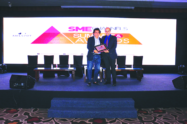 ANIL SETHI OF DELL EMC GIVING AWAY SUPER50 AWARD TO TEAM COMUTERS