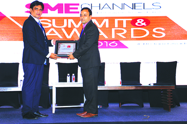 SANIB MOHAPATRA, PUBLISHER, SME CHANNELS GIVING AWAY SUPER50 AWARD TO ITELLIGENCE INDIA SOFTWARE SOLUTIONS PVT. LTD