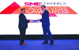 SANJAY MOHAPATRA, EDITOR, SME CHANNELS IS GIVING AWAY THE AWARD OF MOBILITY VENDOR OF THE YEAR TO VMWARE SOFTWARE INDIA PVT. LTD.