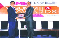 SANJAY MOHAPATRA OF SME CHANNELS GIVING AWAY SUPER50 AWARD TO CACHE INFOTECH PVT LTD