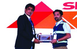 SANJIB MOHAPATRA, PUBLISHER, SME CHANNELS IS GIVING AWAY THE AWARD OF A4 PRINTER VENDOR OF THE YEAR TO CANON INDIA