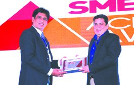 SANJIB MOHAPATRA, PUBLISHER, SME CHANNELS IS GIVING AWAY THE AWARD OF PC VENDOR OF THE YEAR TO HP INC